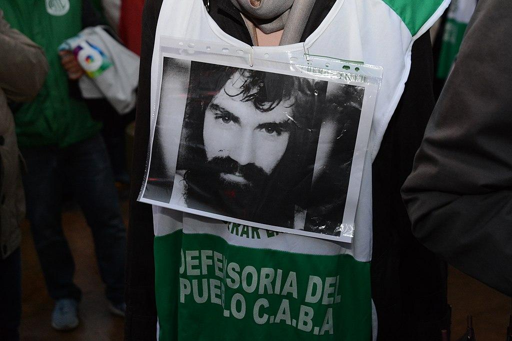 https://commons.wikimedia.org/wiki/File:11-8-2017_marcha_por_santiago_maldonado_(4).jpg